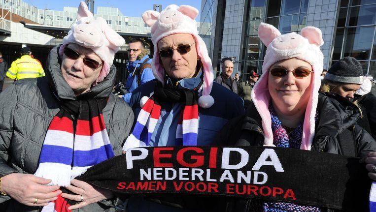 Deelnemers aan een demonstratie van Pegida voor het gemeentehuis in Amsterdam. Beeld anp