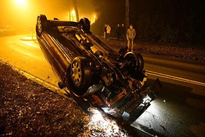 Auto ramt boom en komt op zijn kop terecht
