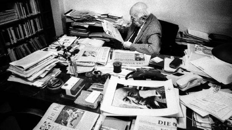 Simon Wiesenthal in zijn werkkamer. Volgens Frederick Forsythe was hij 'een fors gebouwde man (...) voorovergebogen alsof hij voortdurend naar een zoekgeraakt document zocht'. ( FOTO LUIGI CAPUTO, UIT BESPROKEN BOEK ) Beeld