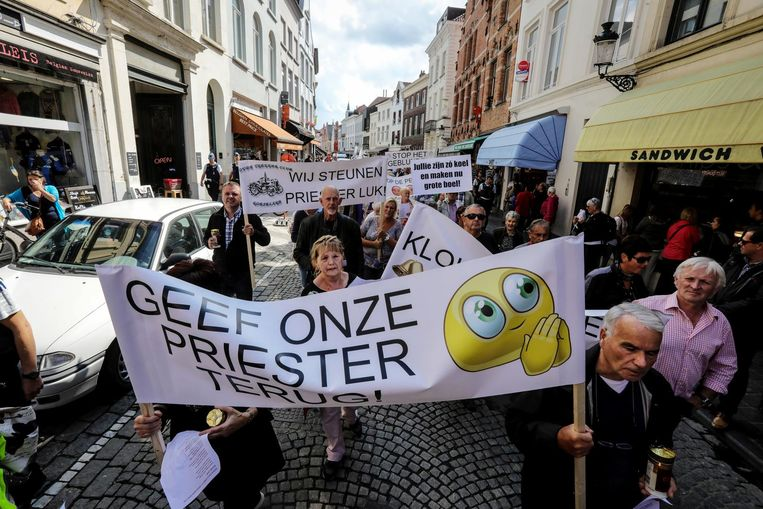 De boodschap van de sympathisanten was duidelijk: ze willen 'hun' pastoor terug. Ze hadden zelfs een doodskist mee tijdens hun protestmars.