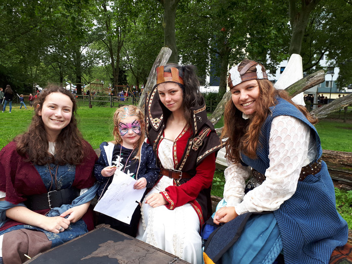 ess van Weelderen (3) vermaakt zich bij het sprookjesachtige Elzeneindfestijn.