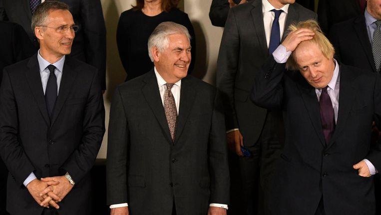 Rex Tillerson tussen Jens Stoltenberg en Boris Johnson in. Beeld photo_news