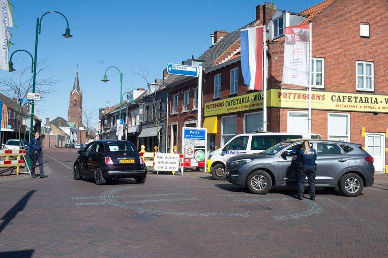In Putte houdt de politie een controle midden in het dorp.