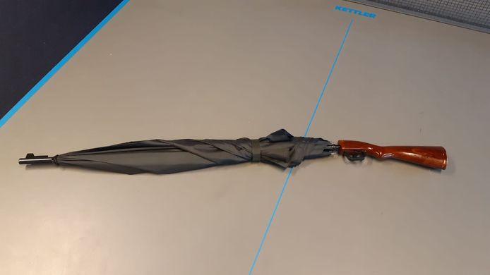 De paraplu die door de politie voor een wapen werd aangezien.