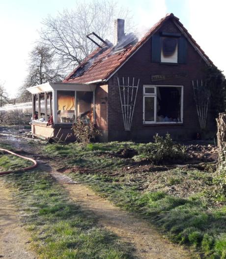 Brand verwoest woningen bij manege in Aalten