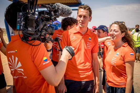 Emie Klein Holkenborg (r.) en teamgenoot Willem Jelle Bellinga worden geïnterviewd over de NunaX.