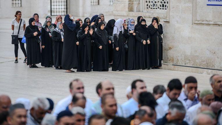 Nabestaanden bidden bij de begrafenis van slachtoffers van de aanslagen op de luchthaven van Istanbul Beeld afp