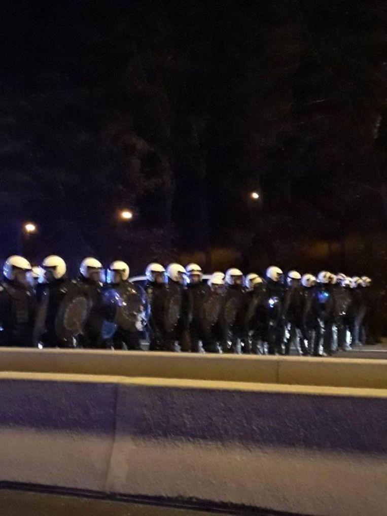 De politie kwam massaal ter plaatse om de blokkade op te heffen