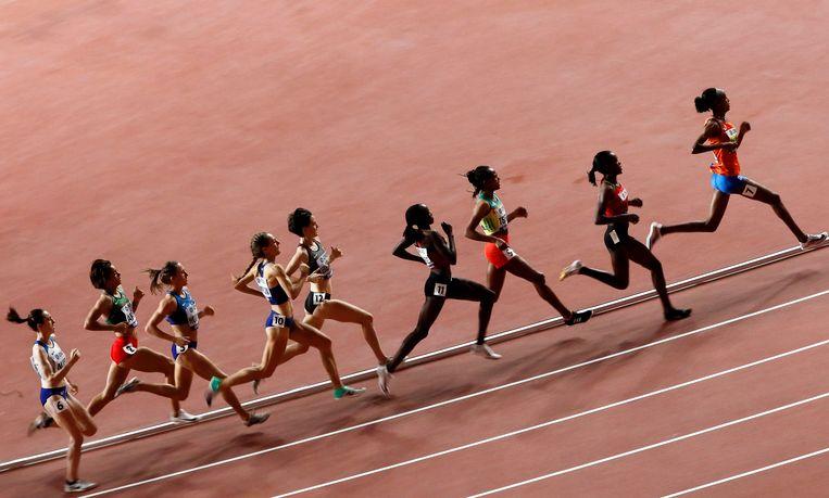 Sifan Hassan op kop tijdens de finale van de 1.500 meter tijdens de WK in Doha. Beeld EPA