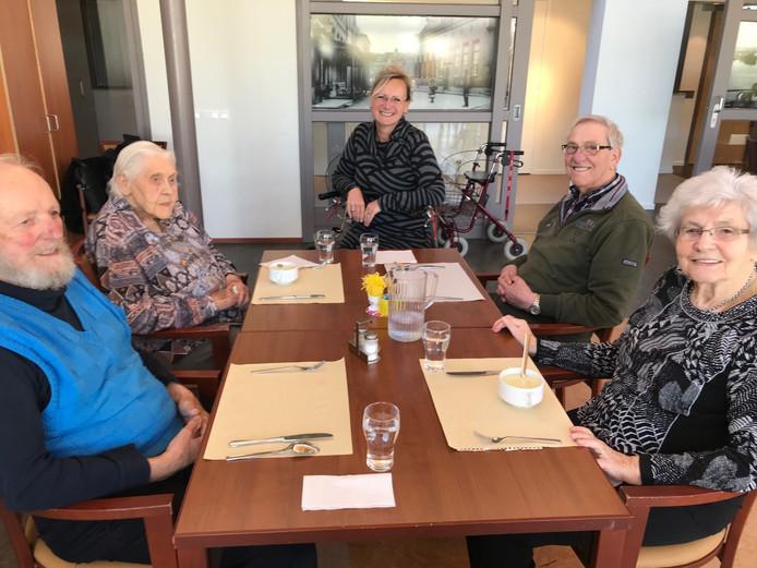 Wethouder Birgit van Veldhuizen schuift even aan bij ouderen in het restaurant van Grotenhuys in Doesburg.