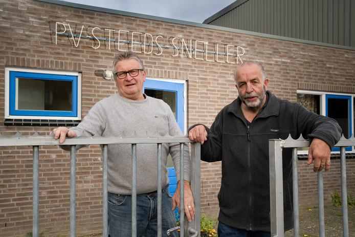 Henk de Bok (links) en Rini van den Bogaard voor het clubhuis van postduivenvereniging Steeds Sneller in Ammerzoden.  Voor de 60-jarige club is het volgend jaar erop of eronder.