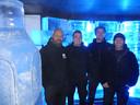 Christophe van Wombat, Robin Vercaemer en Seba en Jurgen van Sculpture World in de unieke ijsbar.