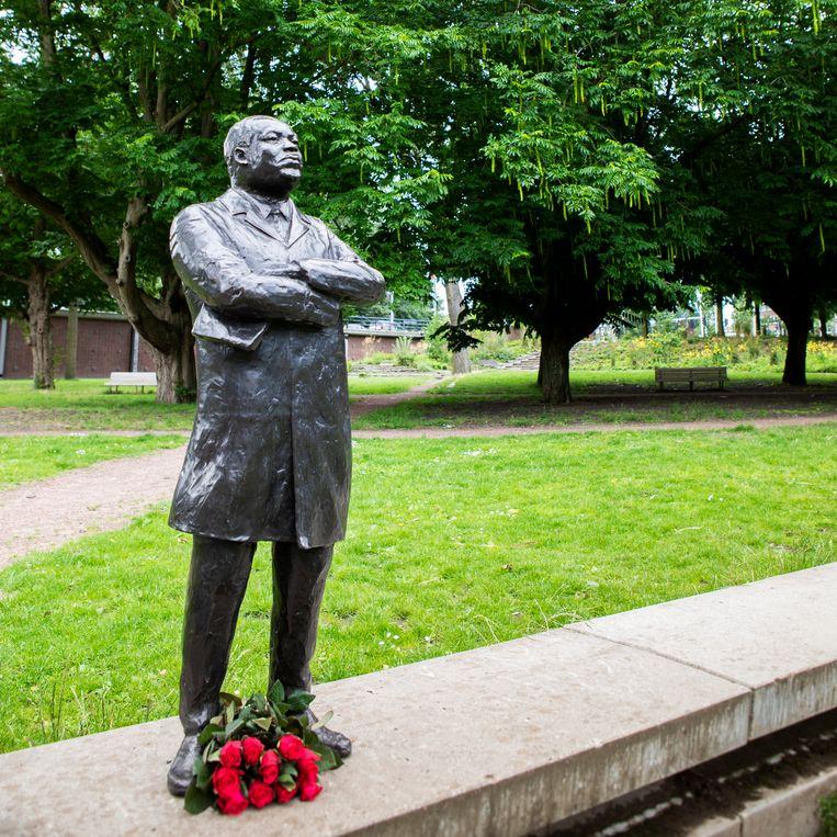 Het standbeeld van Martin Luther King in Amsterdam. Beeld Martijn Gijsbertsen