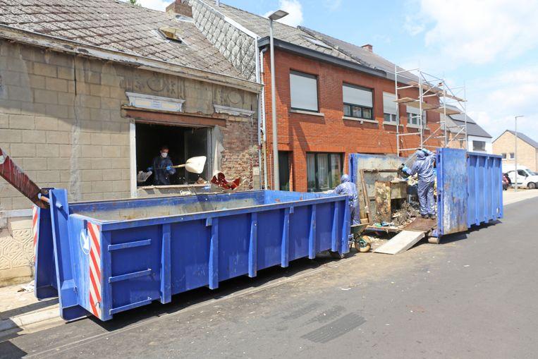 Een speciaal opruimbedrijf kwam de woning leeg maken. Al het afval werd in containers gestort.