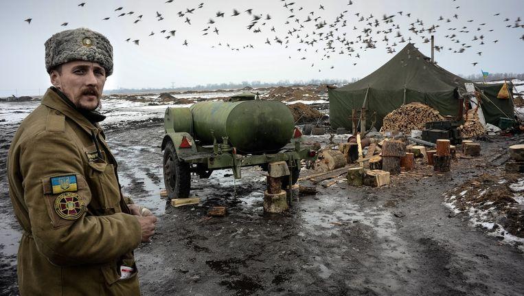 Een Oekraïense militair in een kampement bij Debaltseve. Beeld Maria Turchenkova