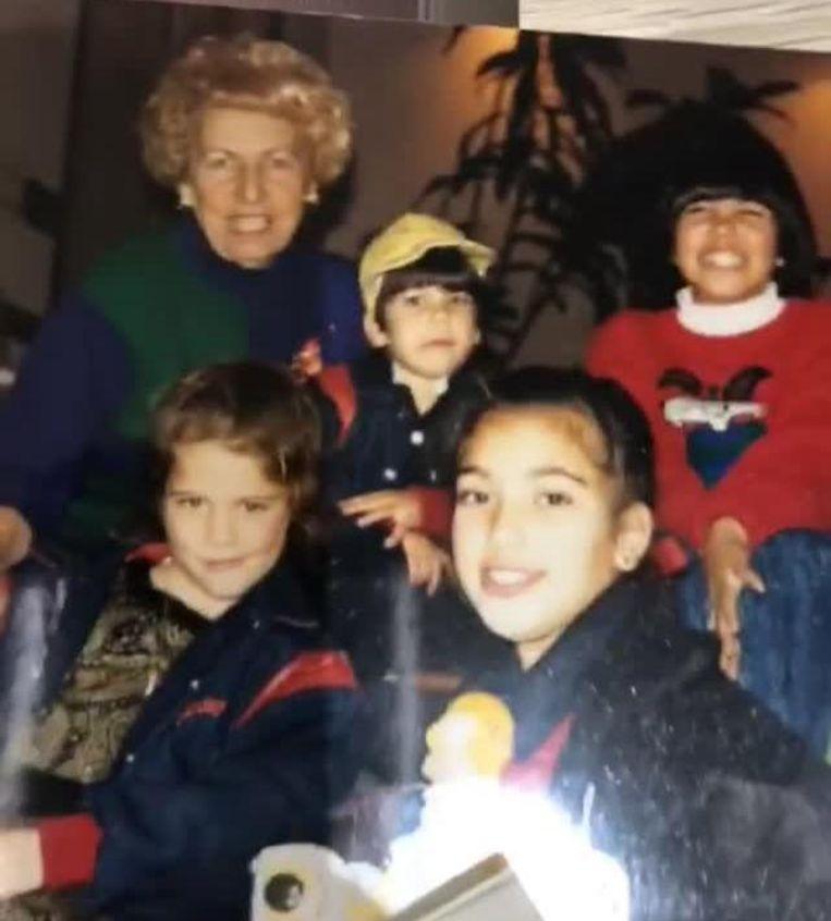 Kim met haar zus Khloé (links), broer Robert en zus Kourtney.