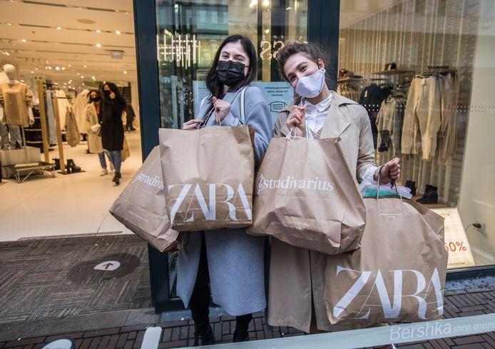 Zara (l.) en Rata met de volle tassen die ze hebben gescoord.