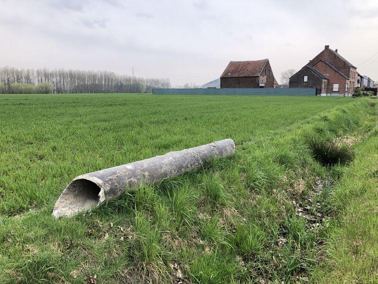 De asbestbuis ligt ondertussen al enkele weken in een veld in de Bormstraat.