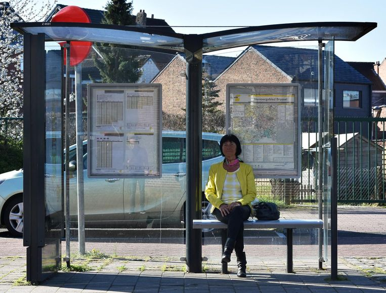 Burgemeester Ingrid Holemans wacht op de bus in haar gemeente.