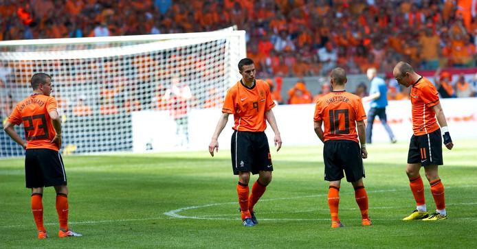 Rafael van der Vaart (l) na de verloren WK-finale tegen Spanje.
