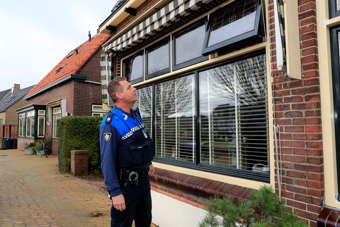 Handhaver Arno van den Houten stuit in Rockanje op een open raampje.