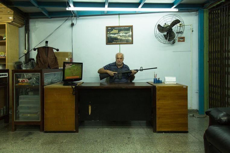 Wapenhandelaar Milton Gonzalves in zijn winkel in het centrum van São Paulo. Beeld Rodrigo Marcondes / de Volkskrant