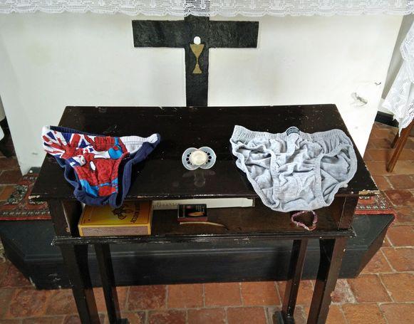 In de Sint-Annakapel in Grazen worden onder meer fopspenen en onderbroekjes geofferd.