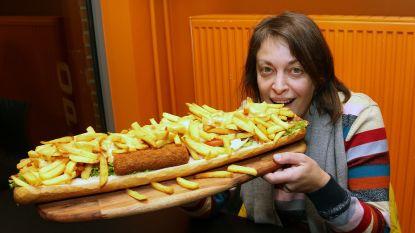 Hongertje? Dan is er het 'Cruiseschip van Balen': halve meter stokbrood met frietjes, twee vleeskroketten, curryworst en mexicano