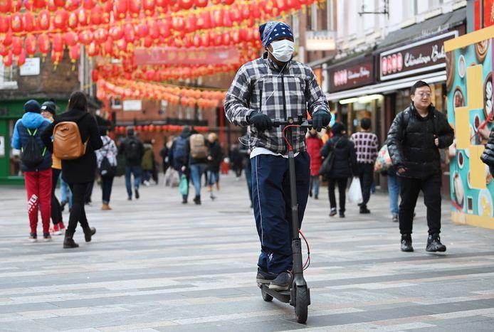 Une personne porte un masque dans le quartier Chinatown de Londres, le 29 janvier 2020.