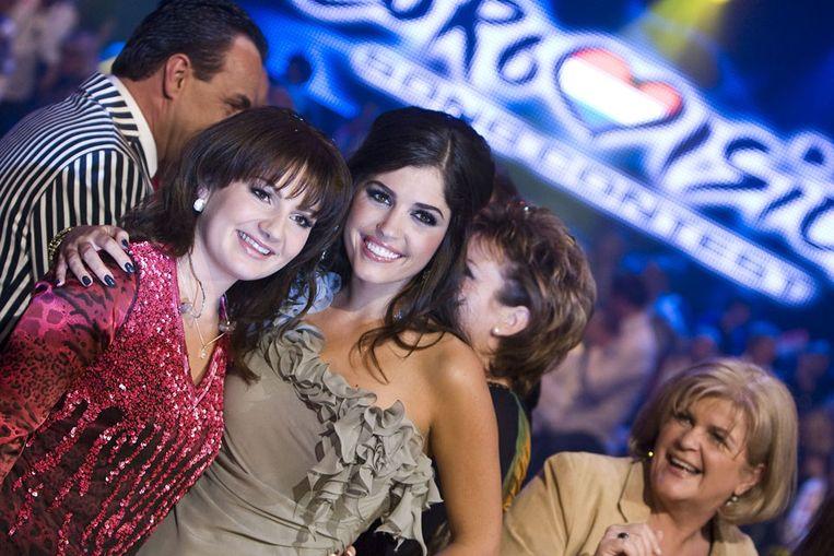 Sieneke (L) met Yolanthe Cabau van Kasbergen tijdens het Nationale Songfestival. (ANP) Beeld null