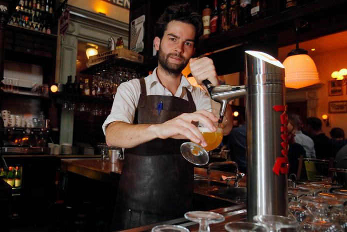 Barman Mark van Mameren van café Olivier tapt een biertje.