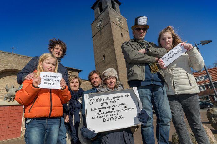 Bewoners van het Schaarhuisplein protesteren tegen de komst van een trampolinecentrum in de kerk.