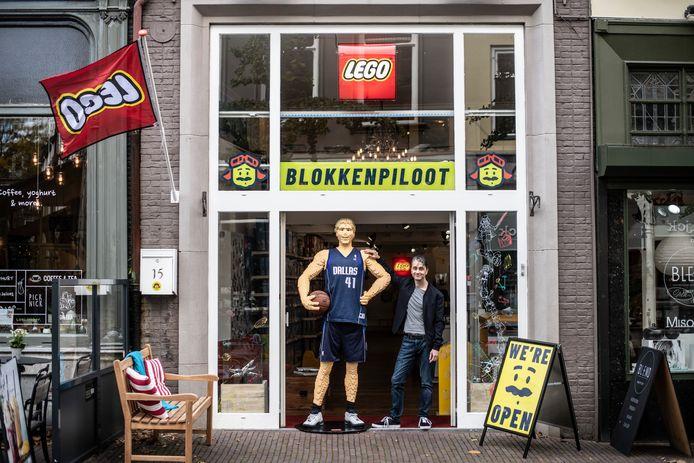 Erik Guillot, eigenaar van de nieuwe Nijmeegse Legowinkel in de Lange Hezelstraat. Naast hem staat een levensgrote Legofiguur van Dirk Nowitzki, een basketbalspeler van de Dallas Maverikcks.