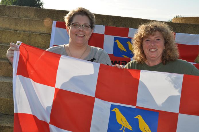 Anita Langermans (links) en Rianda Sprangers met 'hun' Waspikse vlag.