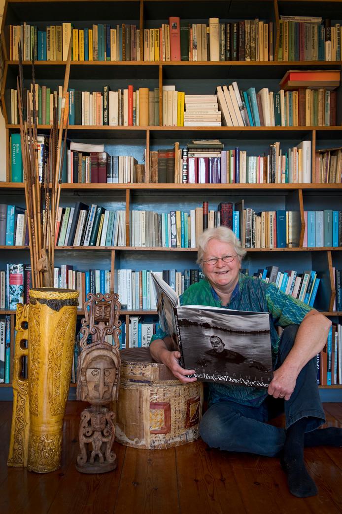 Dike ten Kate voor haar boekenkast in Ophemert.