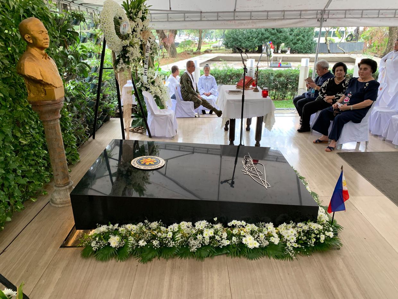 Weduwe Imelda Marcos bezoekt het graf van haar echtgenoot Ferdinand Marcos, eerder deze maand tijdens de katholieke gedenkdag Allerzielen.