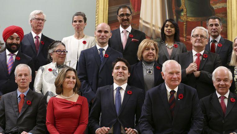 De Canadese premier Justin Trudeau (midden voor) met leden van zijn kabinet, 4 november. Beeld reuters