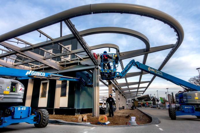 De overkapping van het busstation wordt deze dagen aangelegd.