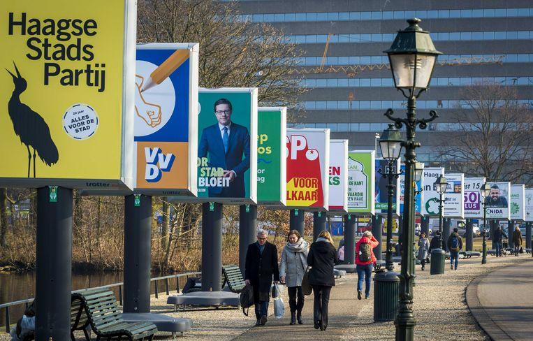 Op billboards in Den Haag worden de komende gemeenteraadsverkiezingen met posters aangekondigd.  Beeld ANP
