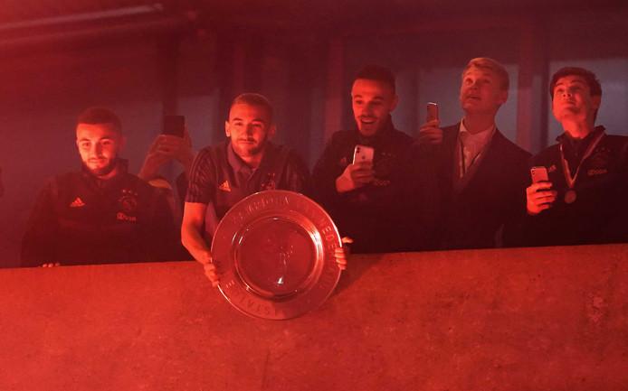 Spelers van Ajax met de kampioensschaal bij de ArenA.