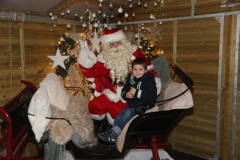 Op de foto met de kerstman hoort bij een bezoek aan de Ieperse kerstmarkt.