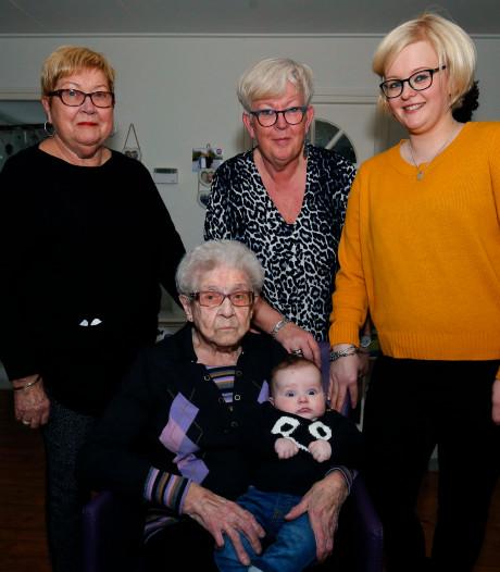 Even op familiebezoek in Schoonrewoerd: vijf generaties bij elkaar