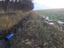 Dertig gedumpte vaten gevonden bij Kruiningen
