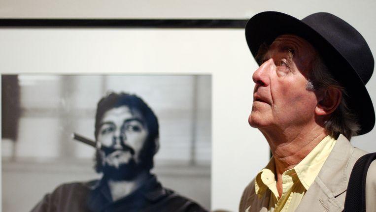 De Zwitserse fotograaf Rene Burri poseert voor zijn beroemdste portret van Che Guevara. Beeld ap