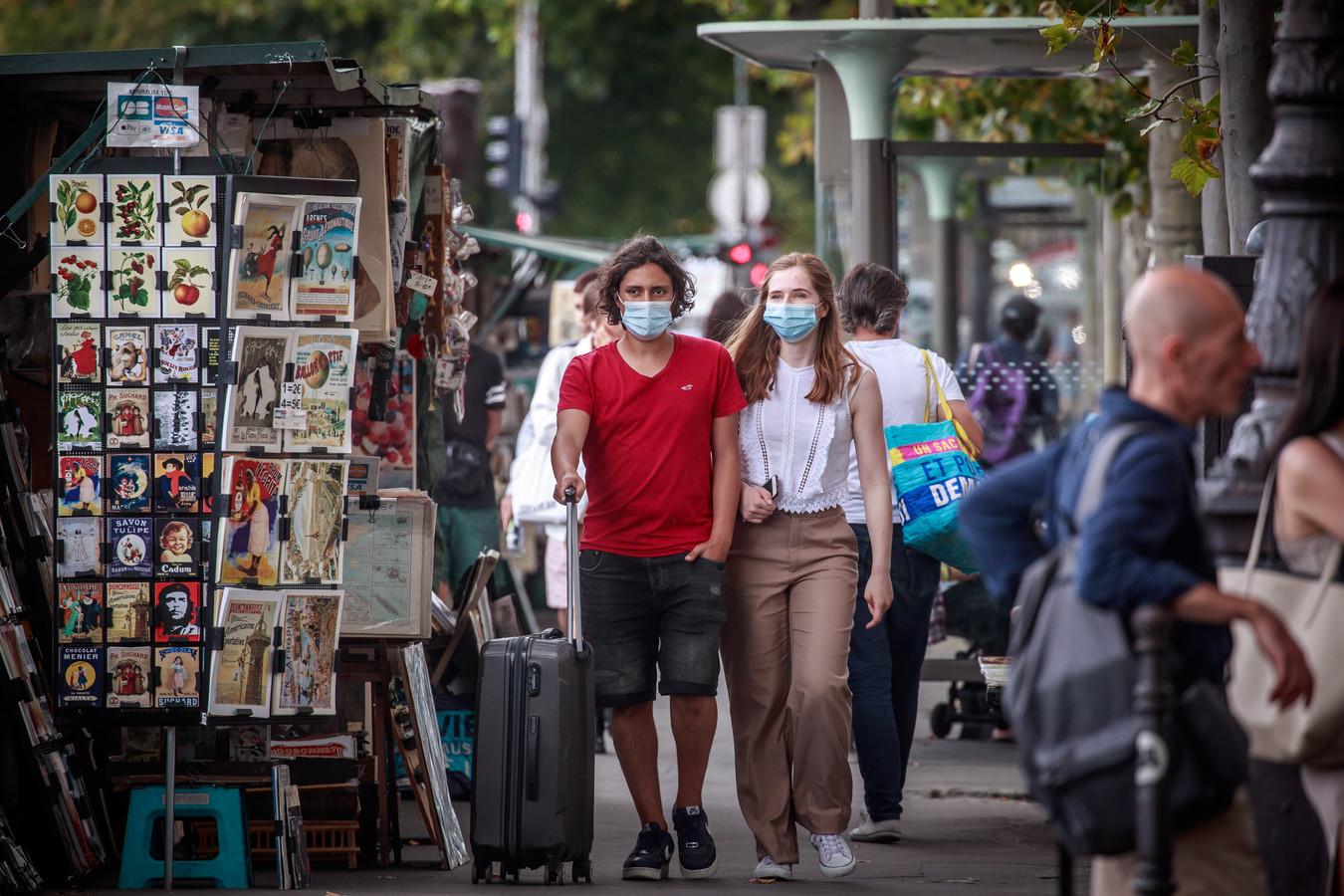 Mensen dragen mondkapjes in Parijs.