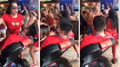 Vrouw geeft pittige barmeid tik op het achterwerk, haar reactie laat aan duidelijkheid niets te wensen over