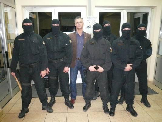 Peter Sanders met een Kroatisch arrestatieteam dat met hem trainde.