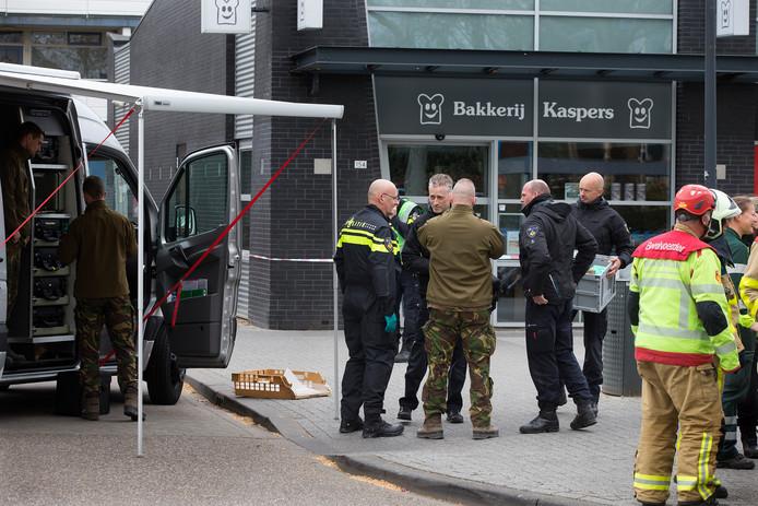 Overleg tussen de politie en de EOD na de plofkraak in Doetinchem.