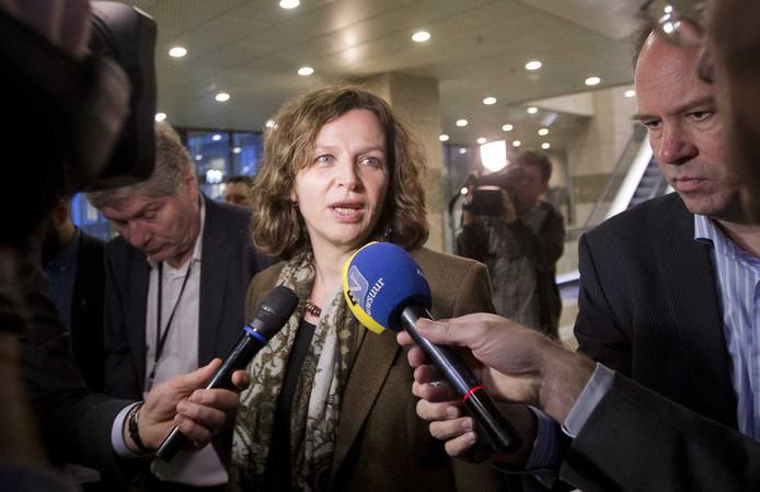 Minister Edith Schippers van Volksgezondheid, Welzijn en Sport staat de pers te woord.