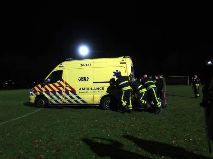 Elftal duwt vastgereden ambulance van het veld VV Molenschot, gewonde voetballer daarna naar het ziekenhuis gebracht